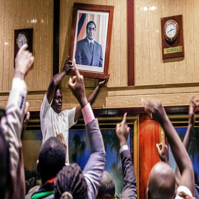 37년 짐바브웨 철권 통치 무가베 사임
