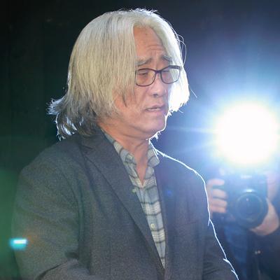 성추행 공개사과한 이윤택, '성폭행은 부인'