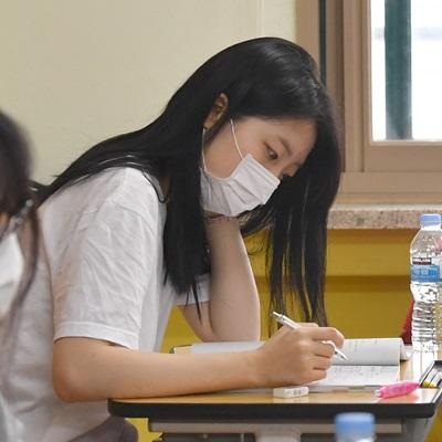 전국 고등학생들을 대상으로 2019학년도 6월 수능 모의평가가 실시됐다. 1교시 국어영역, 2교시 수학영역, 3교시 영어영역, 4교시는 한국사를 포함한 탐구영역으로 이뤄졌다.