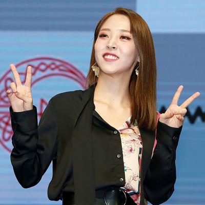 마마무 '포시즌 포컬러 프로젝트'의 두 번째 앨범 'RED MOON'