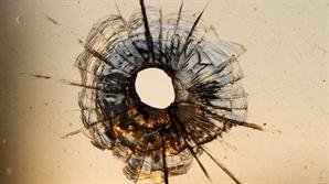 총알 맞아가며 총격범 저지한 美 교사에 박수