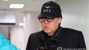 """조영남 '그림 대작' 2심서 무죄 """"그림 더 진지하게 그릴 수 있게 됐다"""""""