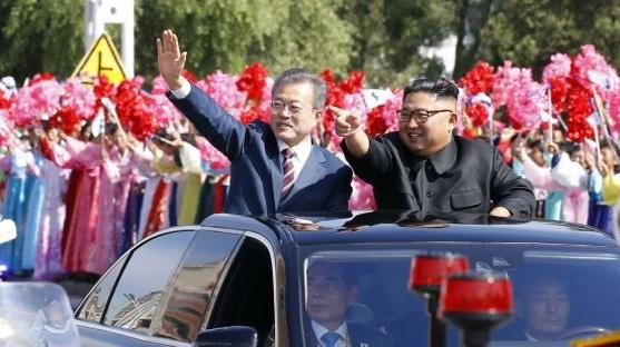 포옹…예포 21발…파격환대…남북 정상 '비핵화 門' 열까
