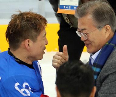 文대통령, 패럴림픽 韓 썰매하키 관람…경기 직후 직접 축하