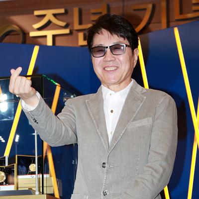 '조용필 50주년?기념 메달' 발매식