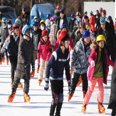 시민들, 야외 스케이트장 찾아