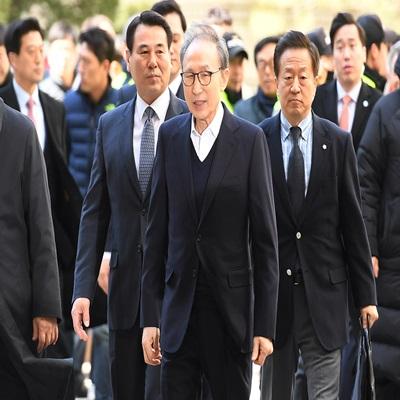 이명박 전 대통령이 13일 오후 서울 서초구 서울고등법원에서 열린 보석 이후 첫 항소심 속행 공판에 출석하고 있다.