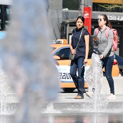갑작스런 '초여름 날씨', 분수로 더위 식히는 시민들