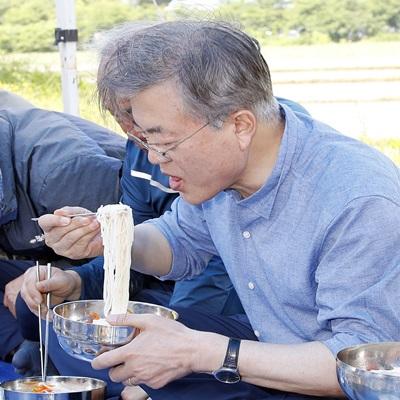 文, '농부의 심정으로'..경주 모내기 현장 방문