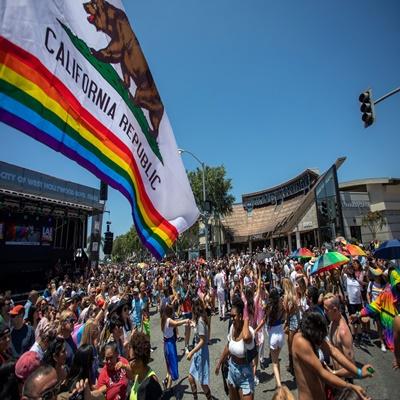 9일(현지 시간) 미국 캘리포니아 웨스트 헐리우드에서 열린 퀴어축제 'LA Pride Parade'에 많은 사람들이 참가했다./AFP=연합뉴스