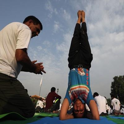21일(현지시간) 다섯 번째 세계 요가의 날을 맞아 인도 콜카타에서 기념 행사가 이뤄지고 있다./연합외신=EPA, AFP, REUTERS