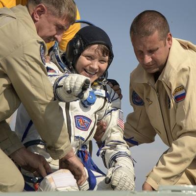 25일(현지시간) 카자흐스탄의 제즈카즈간 외곽에 소유즈(Soyuz) MS-11 캡슐이 착륙해 NASA의 우주비행사들이 구조되고 있다./연합외신=EPA, AFP, REUTERS, AP