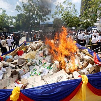 26일(현지시간) '세계 마약 퇴치의 날'을 맞이해 캄보디아, 미얀마, 태국 등 국가에서 마약을 태워 없애는 퍼포먼스를 벌이고 있다./연합외신=AP, EPA, AFP, REUTERS