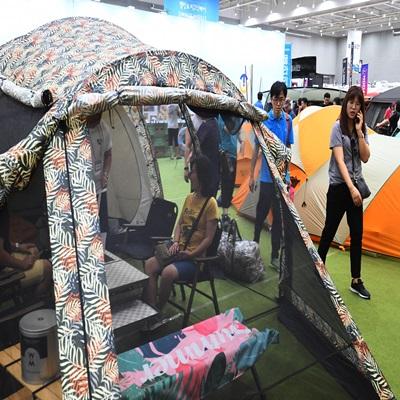 '2019 캠핑&피크닉페어'가 개막한 12일 경기도 수원시 영통구 수원컨벤션센터에서 관람객들이 다양한 캠핑용품과 레저차량 등을 살펴보고 있다. 이번 행사는 오는 14일까지 열린다./수원=오승현기자 2019.7.12