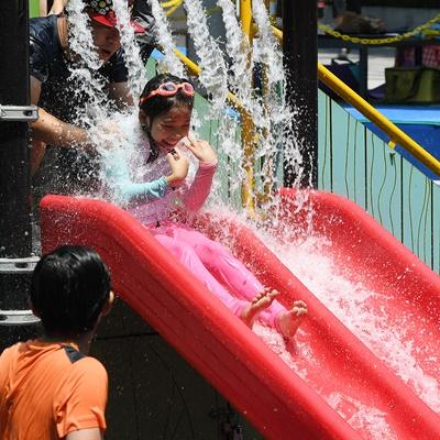 5일 오후 전국 대부분 지역에 폭염경보가 발효되는 등 무더운 날씨가 이어진 가운데 서울 각심어린이공원에서 어린이들이 물놀이를 즐기며 더위를 식히고 있다./오승현기자