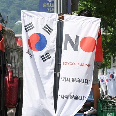 6일 서울 중구청 관계자들이 일본의 우리나라 화이트리스트 제외에 대한 항의 표시로 세종대로에 '노(보이콧) 재팬-NO(BOYCOTT) JAPAN' 배너기와 태극기를 설치 중이다./오승현기자