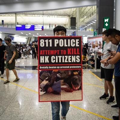 송환법 반대 시위대가 13일 나흘 연속 홍콩 국제공항에서 시위를 벌였다. 공항 시위는 당초 예정에 없었지만, 침사추이 지역의 송환법 반대 시위에서 한 여성 시위 참가자가 경찰이 쏜 고무탄 혹은 진압 장비인 '빈 백 건(bean bag gun)' 탄환으로 추정되는 물체에 눈을 맞아 실명 위기에 처한 것이 도화선이 됐다./연합외신=EPA, AP, AFP, REUTERS