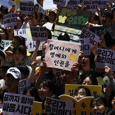 세계 일본군 위안부 기림일이자 74주년 광복절을 하루 앞둔 14일 서울 종로구 옛 주한일본대사관 앞에서 열린 '제1,400차 일본군 성노예제 문제해결을 위한 정기 수요시위' 참가자들이 '피해자의 미투에 세계가 다시 함께 외치는 위드유! 가해국 일본정부는 피해자의 목소리를 들어라'라는 주제로 집회를 열었다. 이날 수요시위는 국내 13개 도시를 비롯해 일본, 미국 등 해외 9개국 21개 도시에서 함께 개최됐다./오승현기자