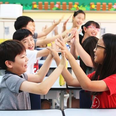 19일 오전 여름방학이 끝나 개학한 경기도 수원의 한 초등학교에서 4학년 학생들이 서로 반갑게 인사하고 있다.