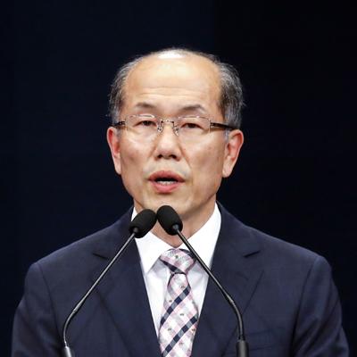 22일 김유근 청와대 국가안보실 1차장이 한일 간 '군사비밀정보의 보호에 관한 협정'(GSOMIA)을 종료하기로 결정했다고 발표했다.