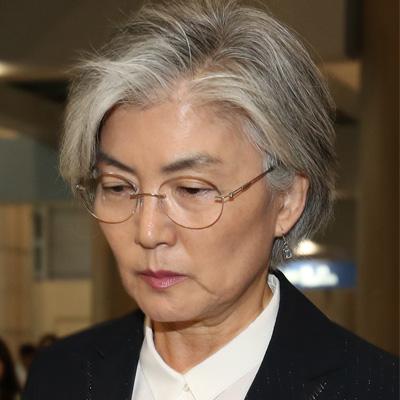 제9차 한·중·일 외교장관회의을 마친 강경화 외교부 장관이 22일 오후 인천국제공항을 통해 입국, 취재진 질문에 답하고 있다.