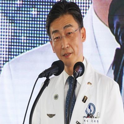 6일 오후 경기도 수원시 아주대학교병원 경기남부권역외상센터에서 '일곱 번째 닥터헬기 출범식'을 진행했다. /연합뉴스