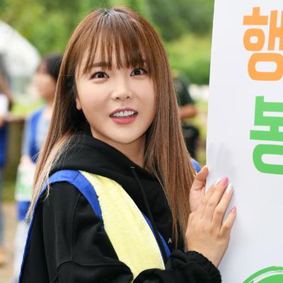 홍진영, 논란 후 첫 공식석상 '봉사 활동'