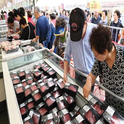 민족 대명절 한가위를 나흘 앞둔 9일 오전 서울 청계광장에서 열린 한우자조금관리위원회 '2019 추석맞이 한우 직거래장터'를 찾은 소비자들이 한우를 구매하고 있다. 한우 직거래장터에서는 오는 11일까지 시중가보다 최대 49% 할인된 가격에 한우를 구매할 수 있다./오승현기자