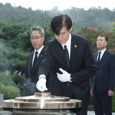현충원 참배하는 조국 신임 법무부 장관