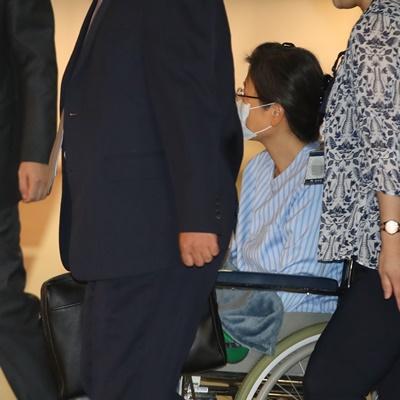 = 국정농단 사건으로 2년 5개월째 구속 수감 중인 박근혜 전 대통령이 16일 어깨 부위 수술을 받기 위해 서울성모병원으로 들어서고 있다.