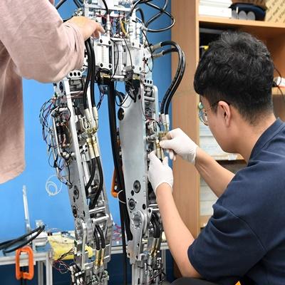 KAIST 휴보랩 연구진이 독자 개발한 휴머노이드의 핵심부품들을 조립하고 있다./권욱 기자