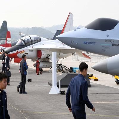 14일 오전 경기 성남 서울공항에서 열린 '서울 국제 항공우주 및 방위산업 전시회'(서울 ADEX 2019) 프레스 데이 행사에서 공군의 한국형 차세대 전투기(KF-X)의 실물모형이 공개되고 있다./이호재 기자