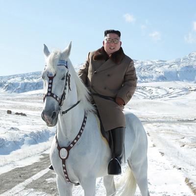 북한 국무위원장이 백마를 타고 백두산에 올랐다