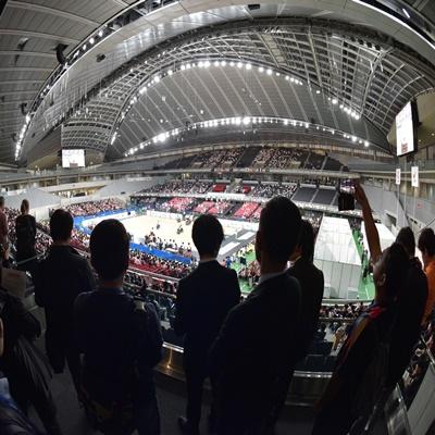 16일 일본 도쿄에서 열린 '2020 도쿄올림픽 미디어 브리핑 베뉴투어'에 참가한 기자들이 올림픽 개막식이 열릴 메인스타디움을 취재하고 있다./도쿄=올림픽사진공동취재단