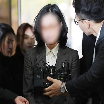 '첫 포토라인' 선 정경심 교수...영장심사 출석