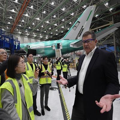 6일(현지 시간) 미국 워싱턴주 보잉 에버렛 공장에서 데이빗 리즈 투어 매니저가 항공기 생산 현황을 설명하고 있다./에버렛=공항사진기자단