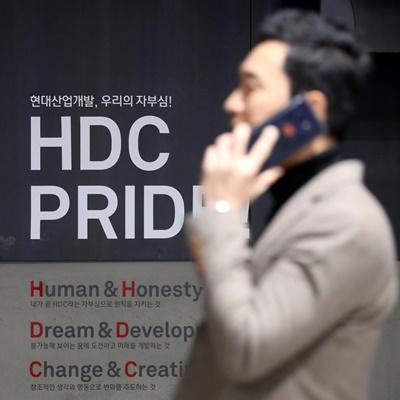 아시아나항공 우선협상대상자 발표를 앞둔 12일 서울 용산구 HDC현대산업개발 본사에서 직원들이 분주하게 업무를 보고 있다./권욱 기자