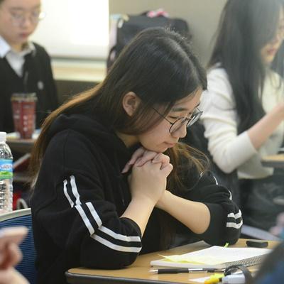 2020학년도 대학수학능력시험이 치러진 14일 서울 중구 이화여자외국어고등학교 고사장에서 수험생들이 시험 시작을 기다리고 있다./성형주 기자