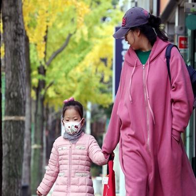 낮부터 기온이 크게 떨어진 18일 오후 서울 서초구 양재시민의숲에서 두꺼운 외투를 입은 시민들이 발걸음을 옮기고 있다./연합뉴스