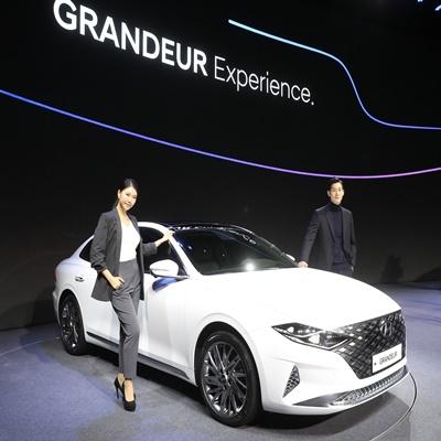 현대차는 19일 경기 고양시 일산 빛마루 방송지원센터에서 자동차 담당 기자단과 현대차 관계자들이 참석한 가운데 출시 행사를 열고 더뉴 그랜저 판매에 돌입했다./이호재 기자.