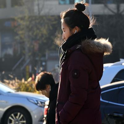 29일 오전 서울 중구 숭례문 인근에서 두툼한 옷차림을 한 시민들이 출근길 발걸음을 재촉하고 있다. 기상청은 주말 휴일인 30일 전국이 흐리고 내륙을 중심으로 기온이 영하로 떨어질 것으로 내다봤다./오승현 기자