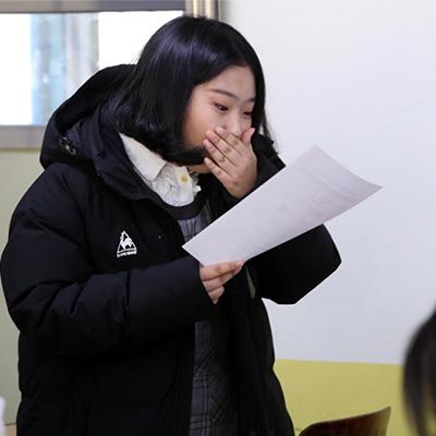 수능 성적 확인 후 '입틀막'하는 학생도