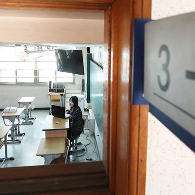 텅 빈 교실에서 온라인 수업