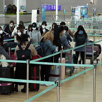 마지막 일본 항공기 타려는 승객들