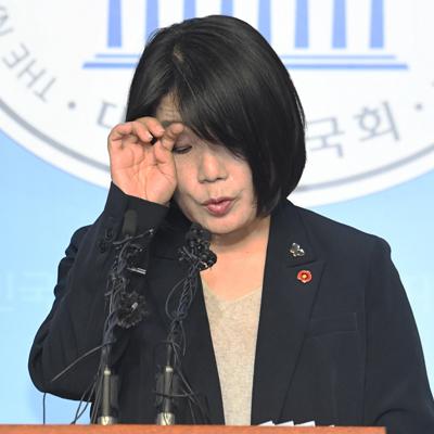 눈물 대신 땀 흘렸다... 윤미향 당선인 기자회견