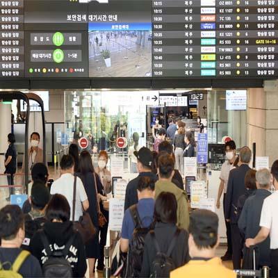 25일 추석 연휴를 앞두고 관광객들이 김포공항에 가득차 있다./이호재