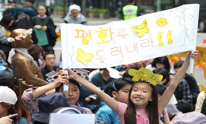 """""""평화를 돌려내라"""", 정기 수요 시위 현장"""