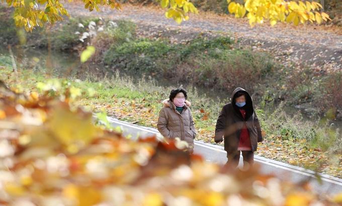 갑자기 추워진 날씨에 '완전무장'한 시민들