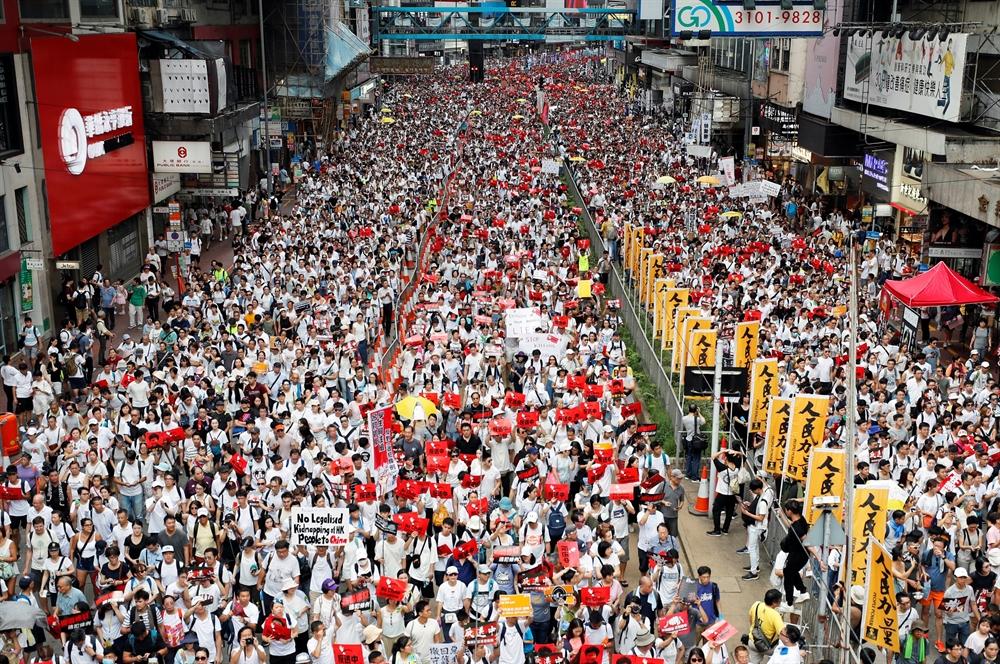 '범죄인 중국 송환 반대' 외치며 거리 시위 나선 홍콩 시민들