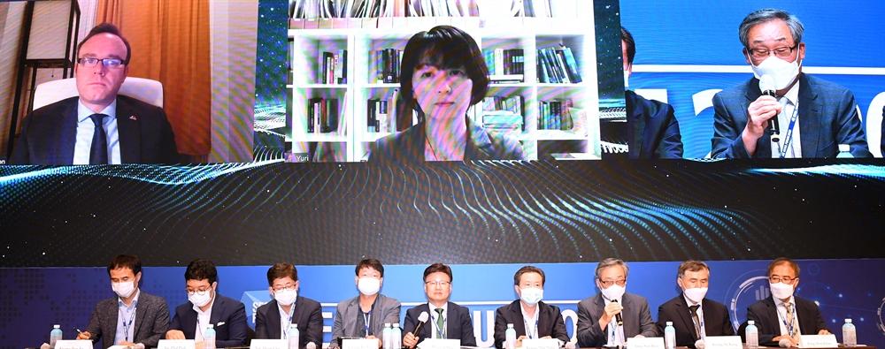 '서울경제 우주포럼' 개막…'스크린 토론'하는 패널들